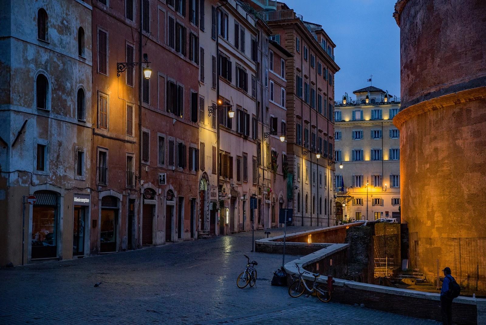 רחוב ברומא עם אופניים ותאורת לילה