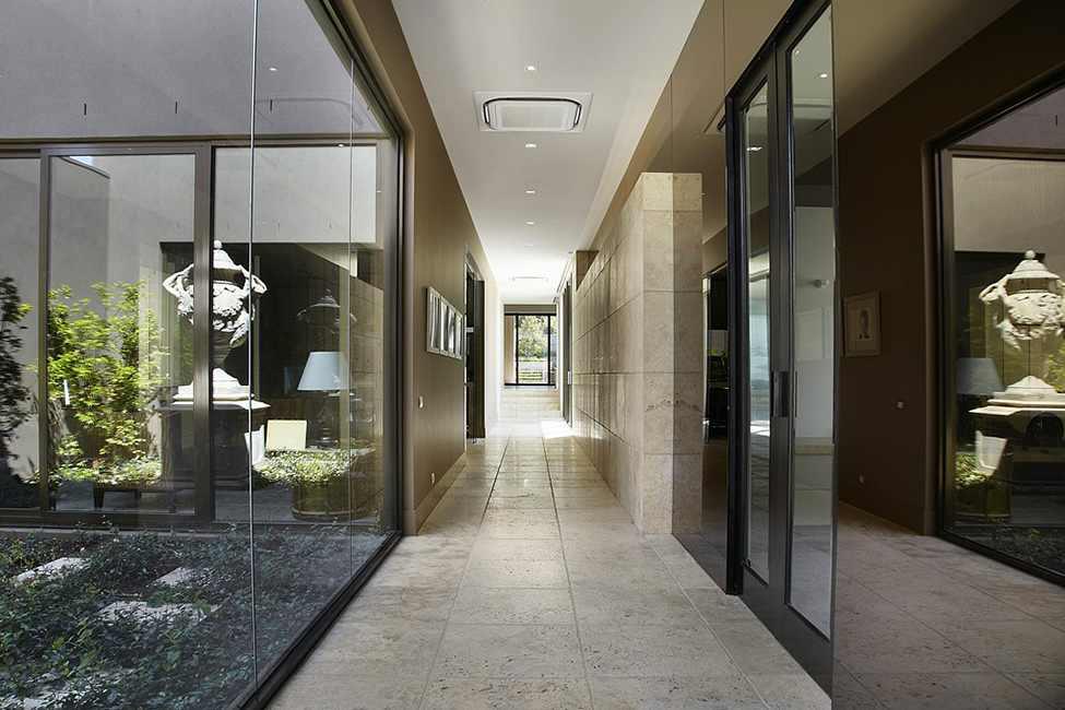 Mẫu thiết kế hành lang sử dụng chất liệu kính đẹp mắt