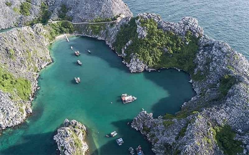 Alt: Đảo Long Châu nhìn từ trên xuống