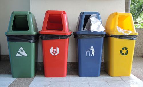 Контейнери для сортування сміття у Франції. Фото: .shutterstock.com