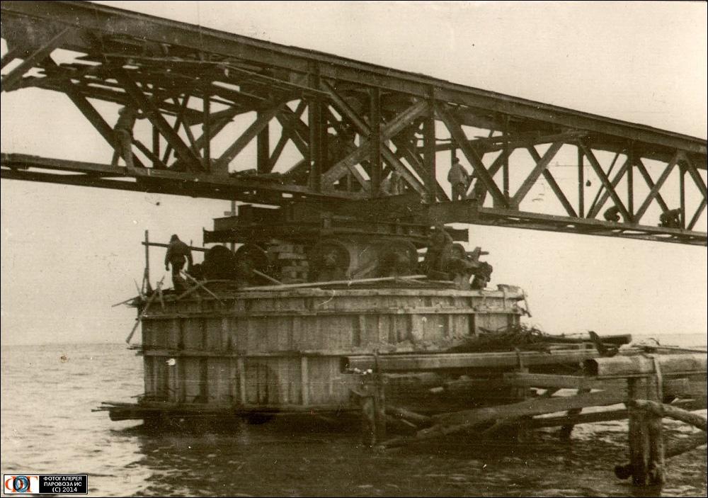 Большинство конструкций моста сооружались без генерального плана, исходя из обстоятельств и наличия материалов. На фото — одна из опор моста, выполненная из цемента, оставленного немцами при отступлении / DR