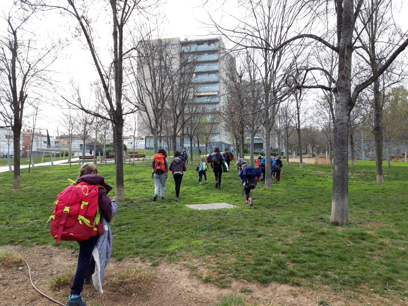 Un grupo de personas en un parque  Descripción generada automáticamente