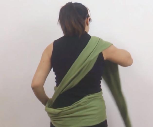 Vắt 1 vạt vải qua vai bên phải ra trước