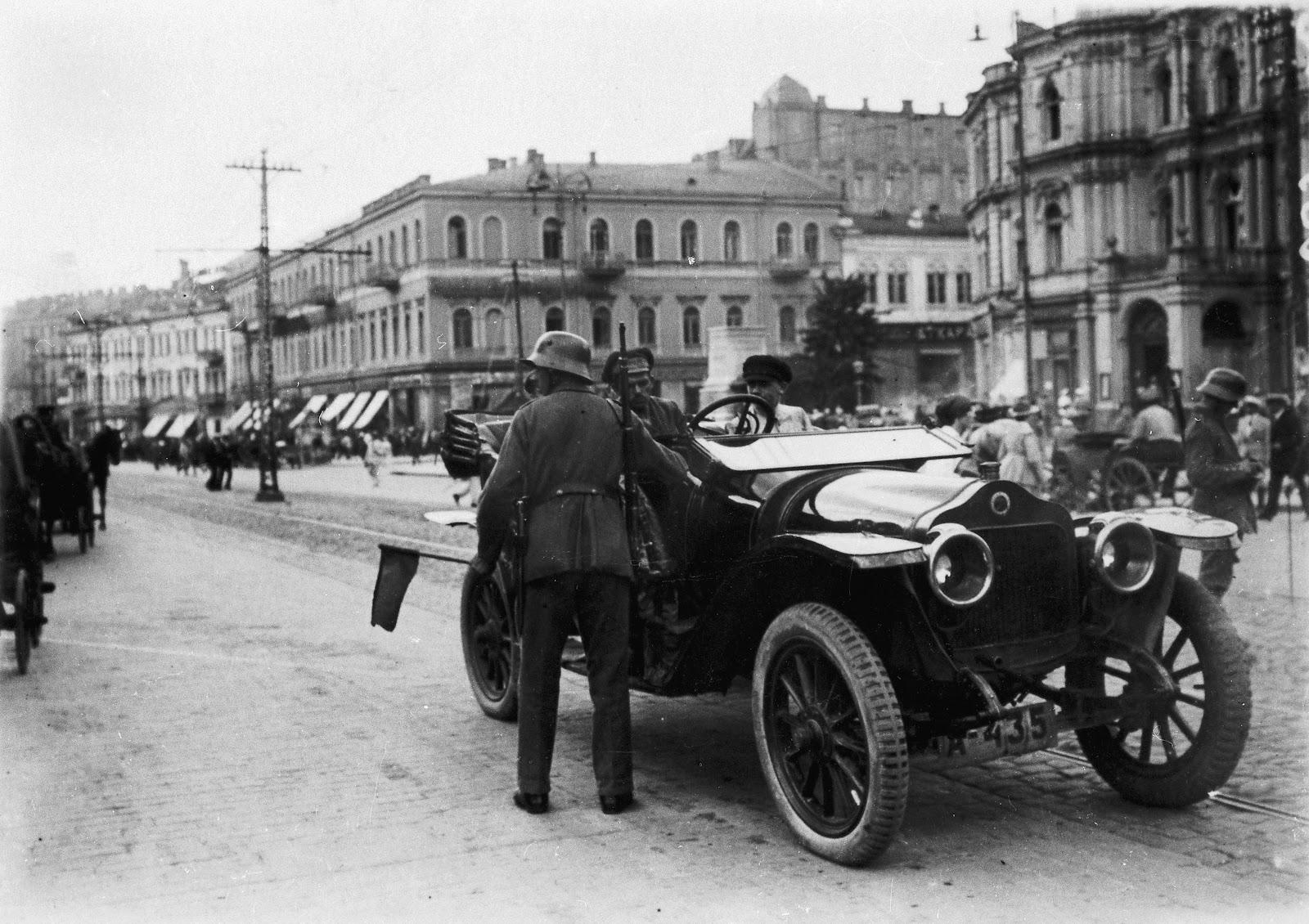 """Німецькі """"даїшники"""" на Думській площі у Києві. Літо 1918-го"""