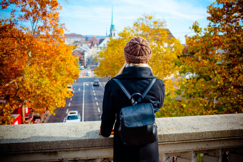 Chica viendo desde un puente su próxima escapada de otoño
