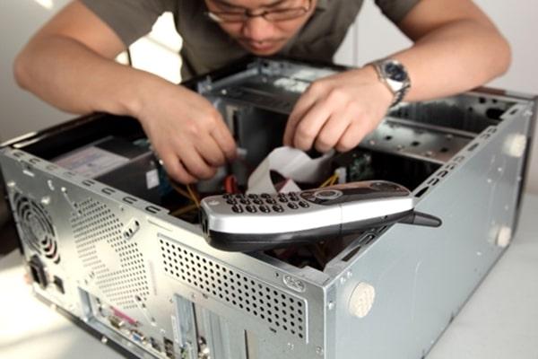 Nhân viên IT phần cứng mạng có thể là kỹ thuật viên máy tính hoặc người thiết kế các loại mạch