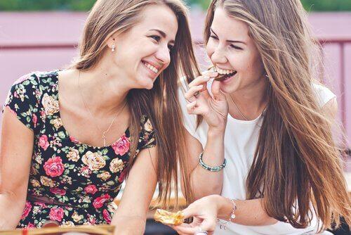 Amies-qui-sourient