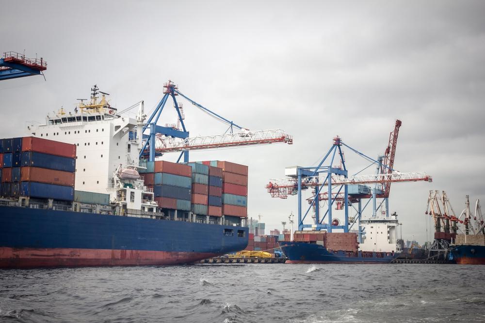 A costa brasileira pode ser mais utilizada para baratear a logística de transporte do setor agropecuário. (Fonte: Shutterstock/Kudryashova Vera/Reprodução)