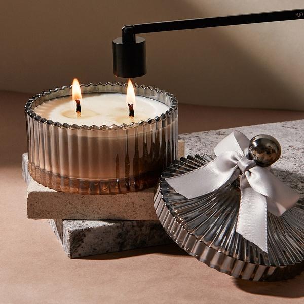 使用滅燭器、滅燭罩熄滅蠟燭