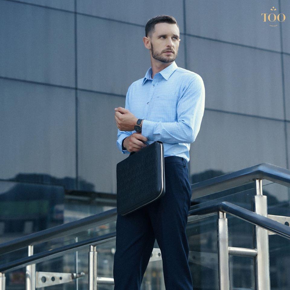 Mẫu áo sơ mi nam dài tay có túi được kết hợp với quần Âu tối màu