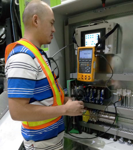 Pressure sensor calibration by direct comparison using its displayed value.