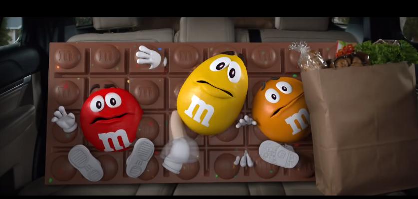 На фото - кадр из видеорекламы M&M