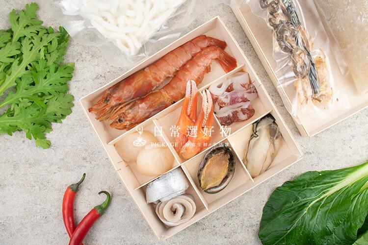 『日常特撰•海鮮木盒』的特色:1. 適合多樣料理方式,蒸煮炒炸烤、中西料理都很好延伸發揮,最簡單當然就是煮火鍋啦!2. 皆不需複雜處理,基本上解凍就可以了。3. 份量適中,一盒就是一人份,不用怕買一堆然後吃不完冰不下。至於品質當然不在話下,因為這是食材挑選的最基本要素。