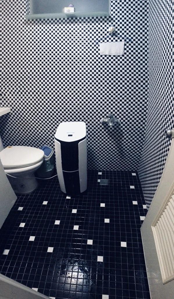 一張含有 浴室, 室內, 廁所, 黑色 的圖片產生非常高可信度的描述