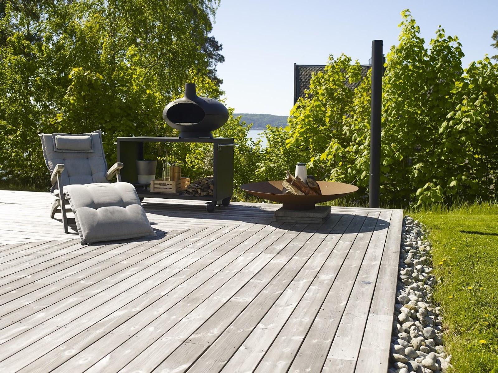 Détente au soleil: Sur cette terrasse privée, la patine grise argentée du bois Kebony fait vraiment tout son effet. Les lames de terrasse sont en harmonie avec les meubles de jardin.