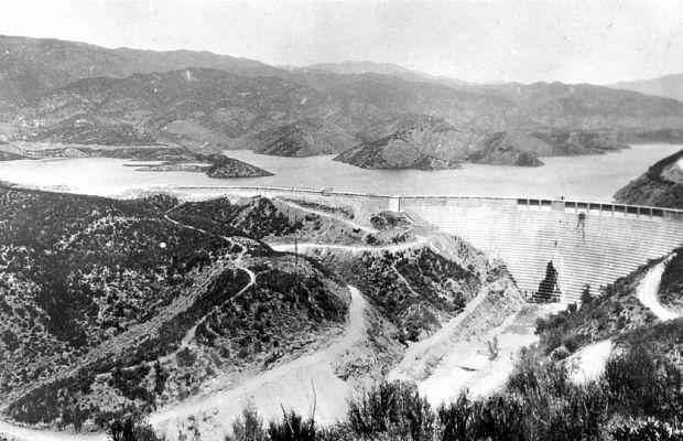 Плотина Сент-Фрэнсис вСША, штат Калифорния, была построена в1926 году ирухнула 12марта 1928 года. Незадолго докатастрофы вней обнаружили трещины, новедущий инженер признал ихнезначительными. При разрушении плотины наволю вырвалось 45 миллиардов литров воды, уничтожившие ближайшую ГЭС изатопившие несколько городов. Погибло около пятисот человек.