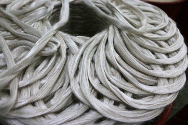 シルクとリネンの繊維が均一に混ぜ合わさった状態