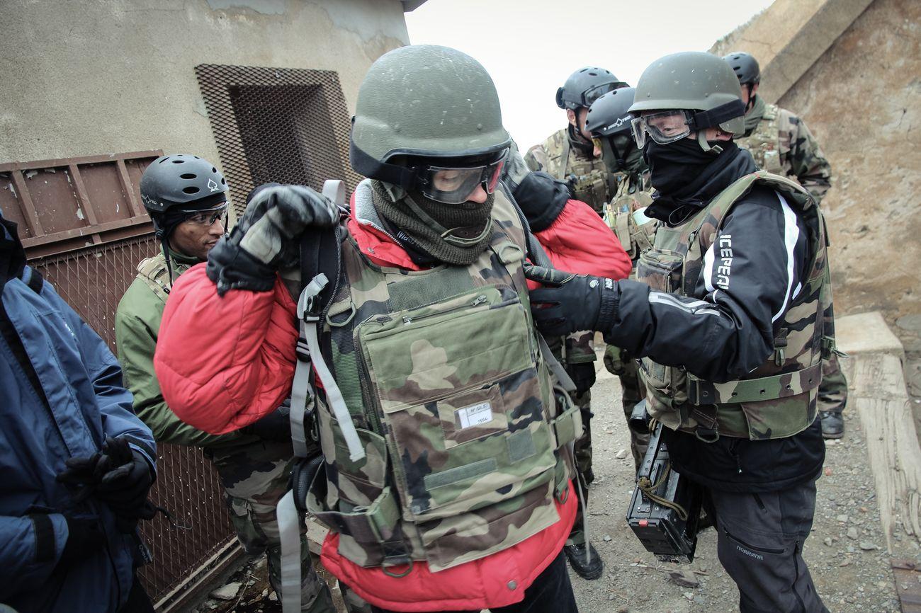 Guérilla et prise d'otages : comment l'armée forme les reporters de guerre JQfzU3NmKw3tqX0Ygt_nvoFhhlDicQEMFjk1jgwE96-InYcLdjs8V3vlUwUFATtTEYmWv2f38vy8YDXAgbHpjRmh_5Zx1K7cSgkyTHnrzpF4KGPIel1RGzckKA