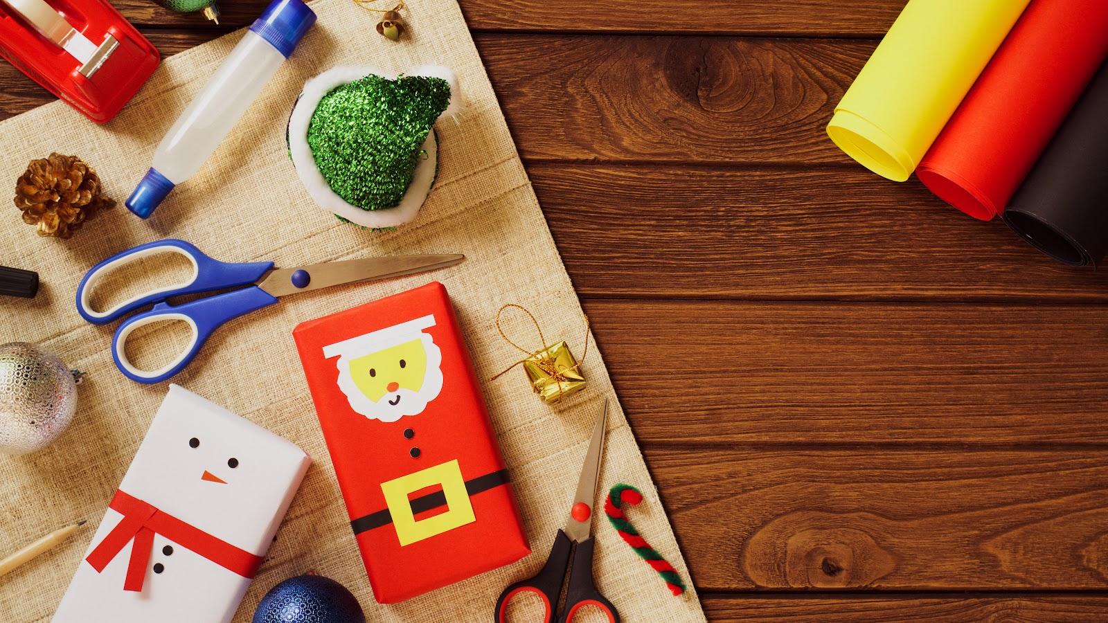 Vários acessórios de papelaria para decoração de natal.