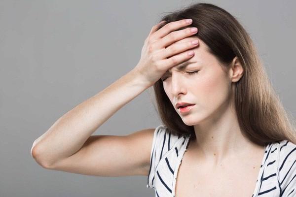Đau đầu chóng mặt, thiếu tập trung do huyết áp thấp.