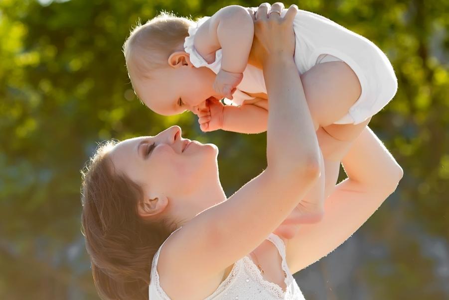 Resultado de imagen de tirar de los brazos del bebé