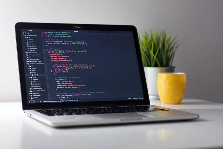 notebook com códigos na tela