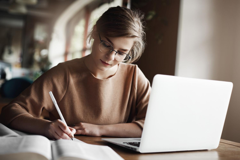 Você vai ter mais afinidade com o seu curso, mas talvez não goste de todas as matérias — e isso é normal! (Imagem: Look Studio/Freepik)