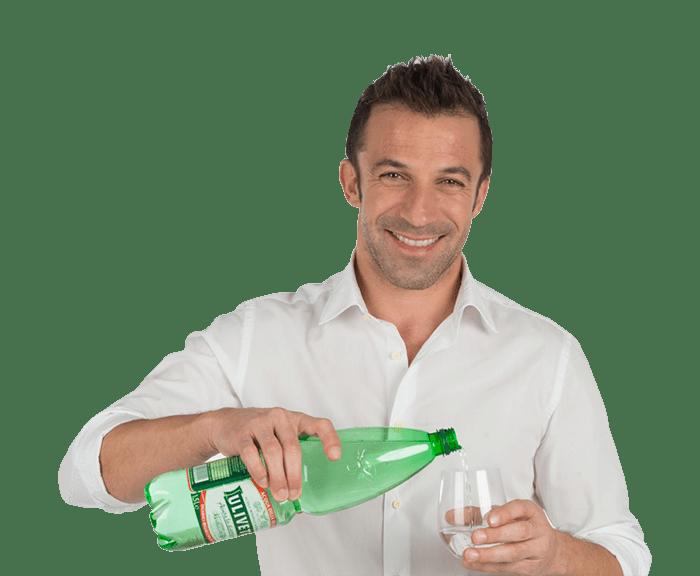 Foto per dimostrare l'effetto alone. Il calciatore Alessandro Del Piero sorride mentre versa l'acqua Uliveto in un bicchiere. Fonte: Marketing Ignorante