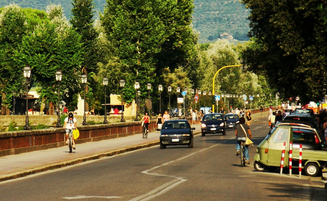 Calle con acera-bici