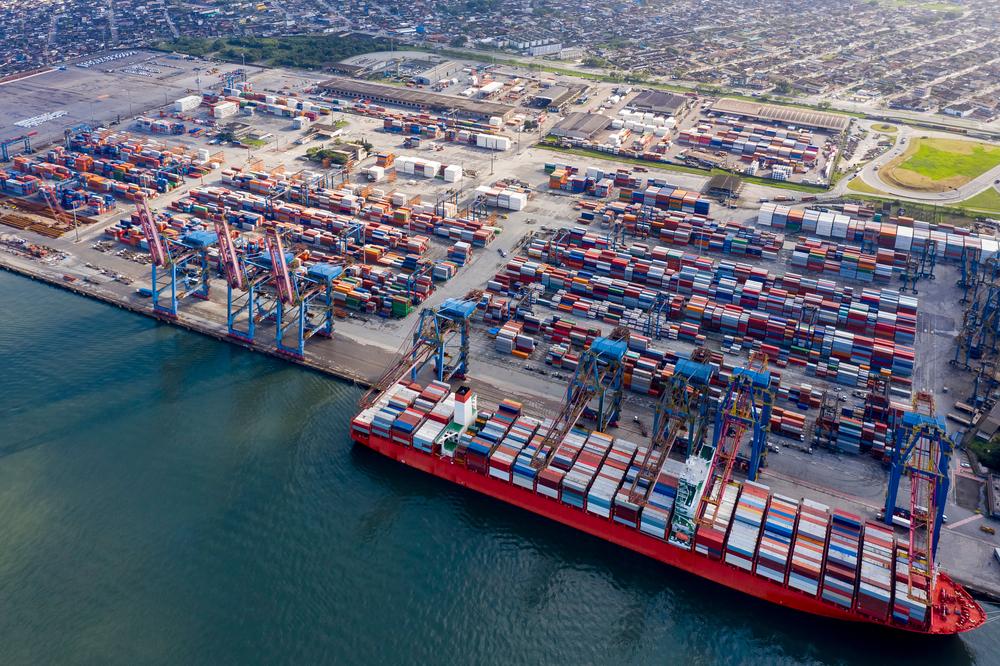 Entre as vantagens, o transporte por cabotagem apresenta melhor segurança no armazenamento. (Fonte: Shutterstock/Erich Sacco/Reprodução)