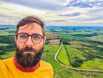 Homem com óculos de grau  Descrição gerada automaticamente