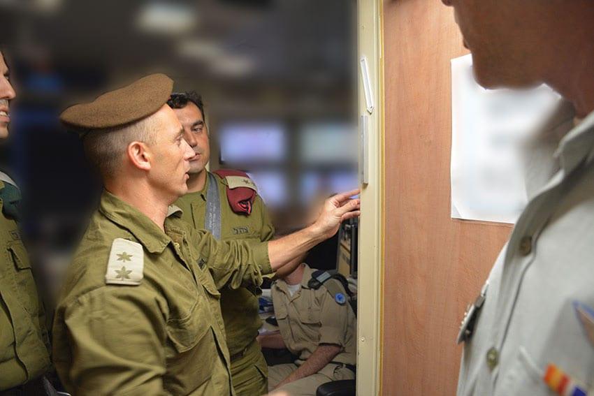 Soldados da IDF rezam para receber artigos bíblicos necessários para adoração