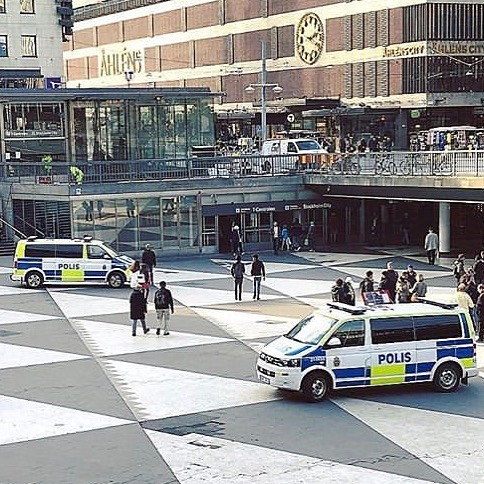 Photo by Polisen i Stockholm on June 04, 2020. Image may contain: one or more people and outdoor