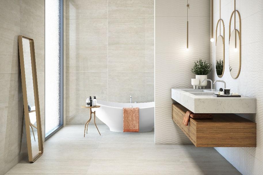 Banheiro com piso e revestimento da parede amadeirado em tom claro, pia marmorizada branca, abaixo móvel amadeirado, parede da pia com revestimento branco ondulado e espelhos redondo com moldura dourada.