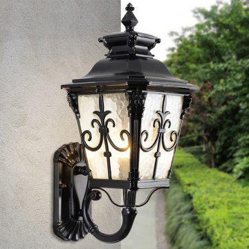 Một chiếc đèn sẽ giúp tạo điểm nhấn cho không gian sân vườn