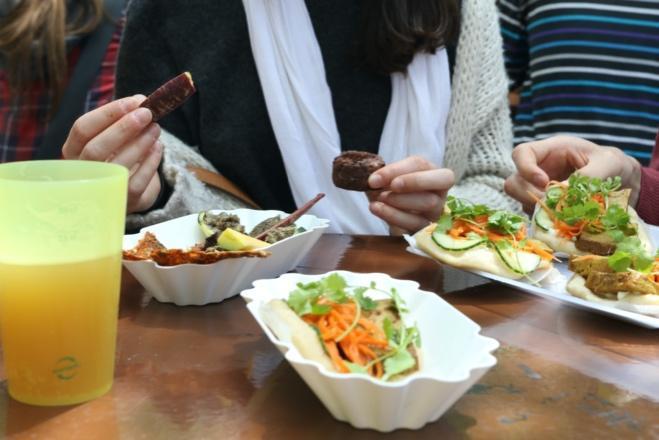 Une image contenant table, personne, alimentation, assis  Description générée automatiquement