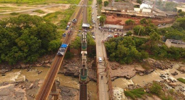Protesto de pescadores na Estrada de Ferro Vitória-Minas, em Baixo Guandu