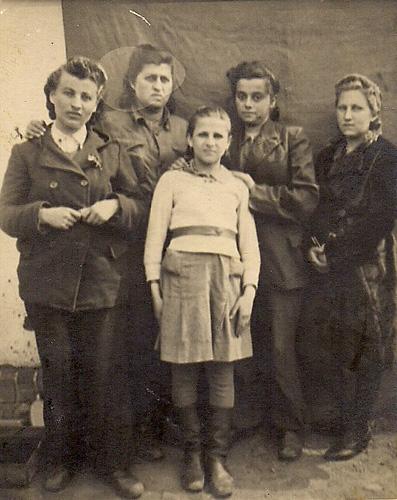 Одна из остановок по пути в Эрец Исраэль. Справа налево: Фаня Розенфельд (Басс), Ривка Басс, Маша Драйцен, Яфа Слотник, Яфа Близовски. Венгрия, 1945 год