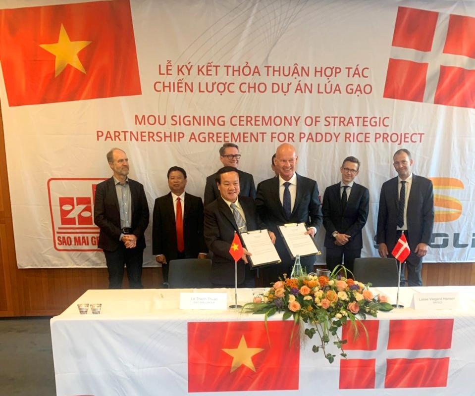 1.Ông Lê Thanh Thuấn và ông Lasse Hansen đồng thuận ký biên bản hợp tác