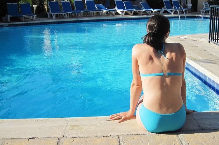 Mulher na beira da piscina | Melhores hotéis em Foz do Iguaçu