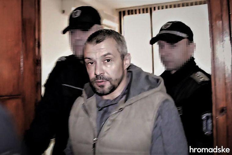 Полицейские сопровождают Алексея Левина в зал суда, Бургас, Болгария, 11 марта 2020 года