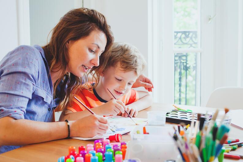 mama pintando con hijo