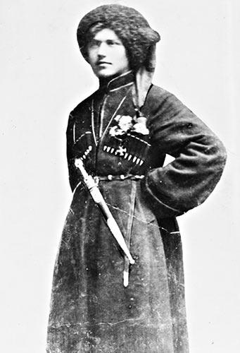 Горліс-Горський зі зброєю, у військовому одязі