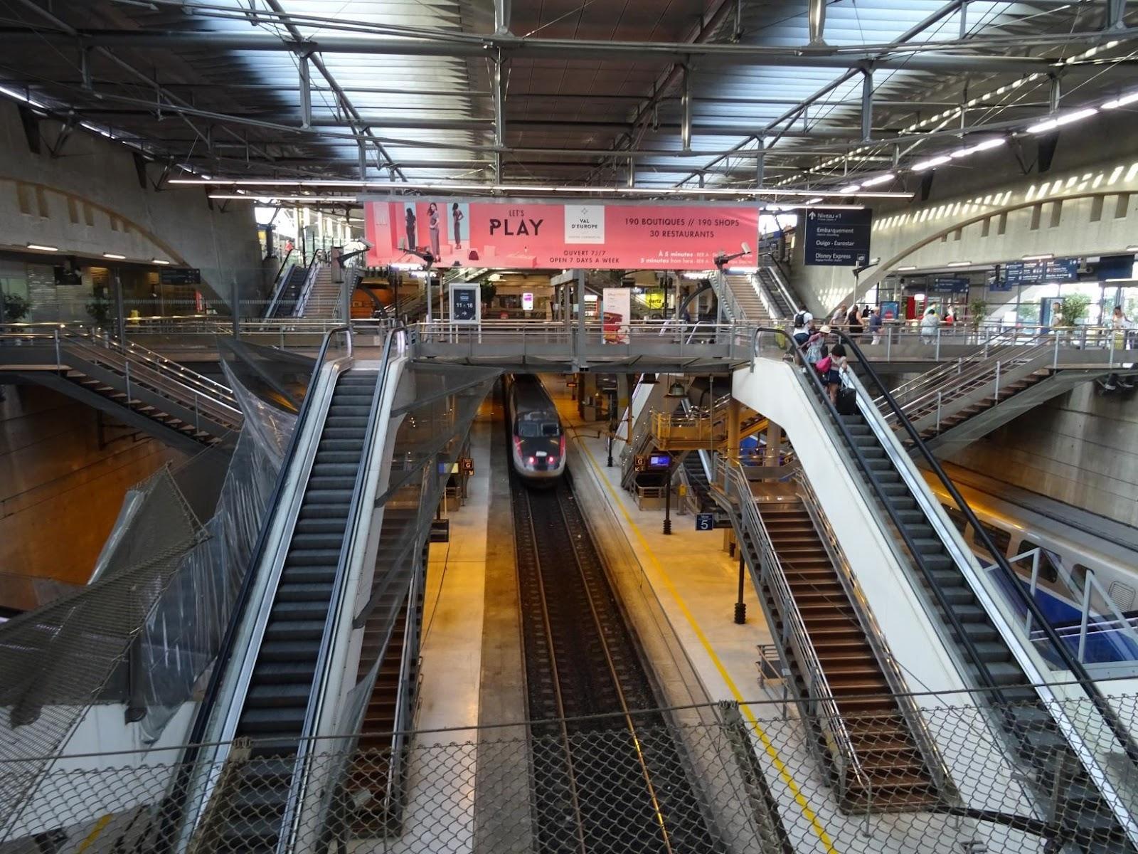 https://upload.wikimedia.org/wikipedia/commons/e/ee/Voies_de_la_gare_de_Marne-la-Vall%C3%A9e_-_Chessy_TGV.jpg