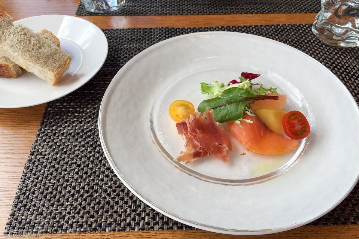 前菜:熟成のスモークサーモング、マンゴ、グレープフルーツマリネ、生ハム