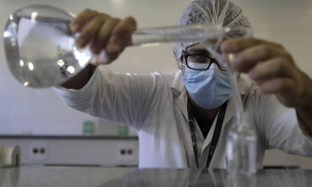 Fabricação de álcool em gel no IFRJ em Realengo Foto: Luiza Moraes / O Globo