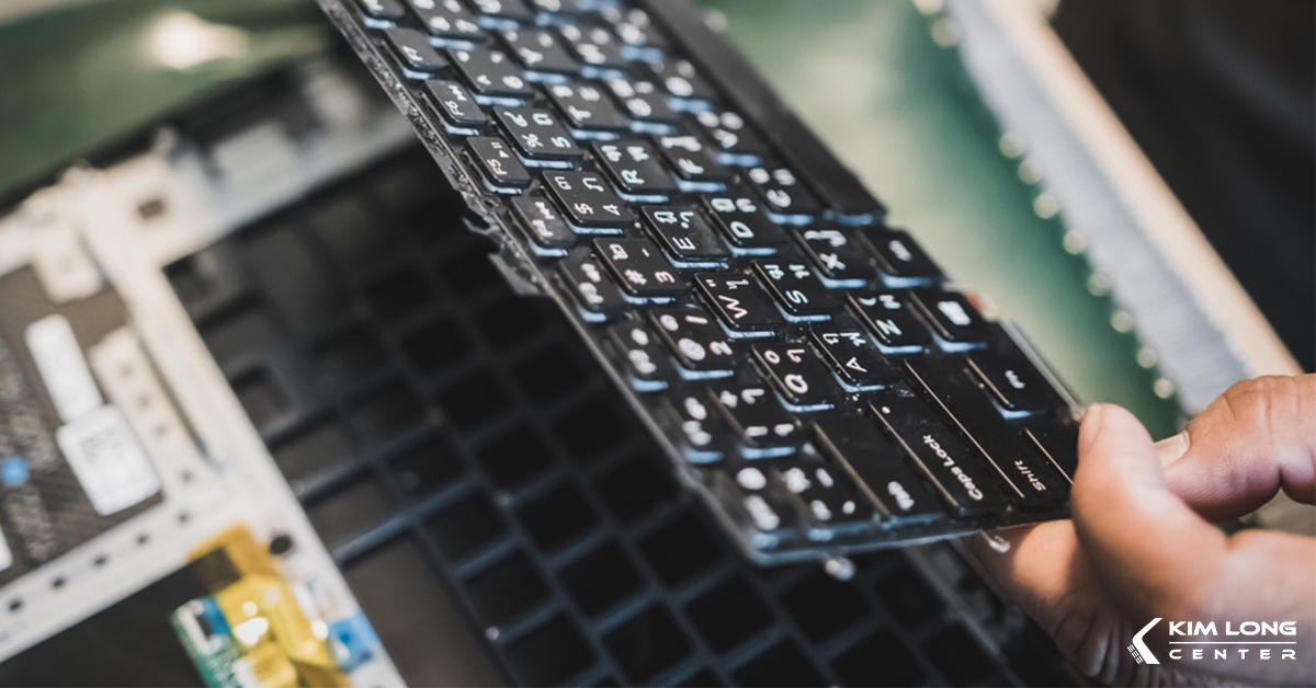 Gỡ bàn phím một cách từ từ tránh làm hỏng dây cáp