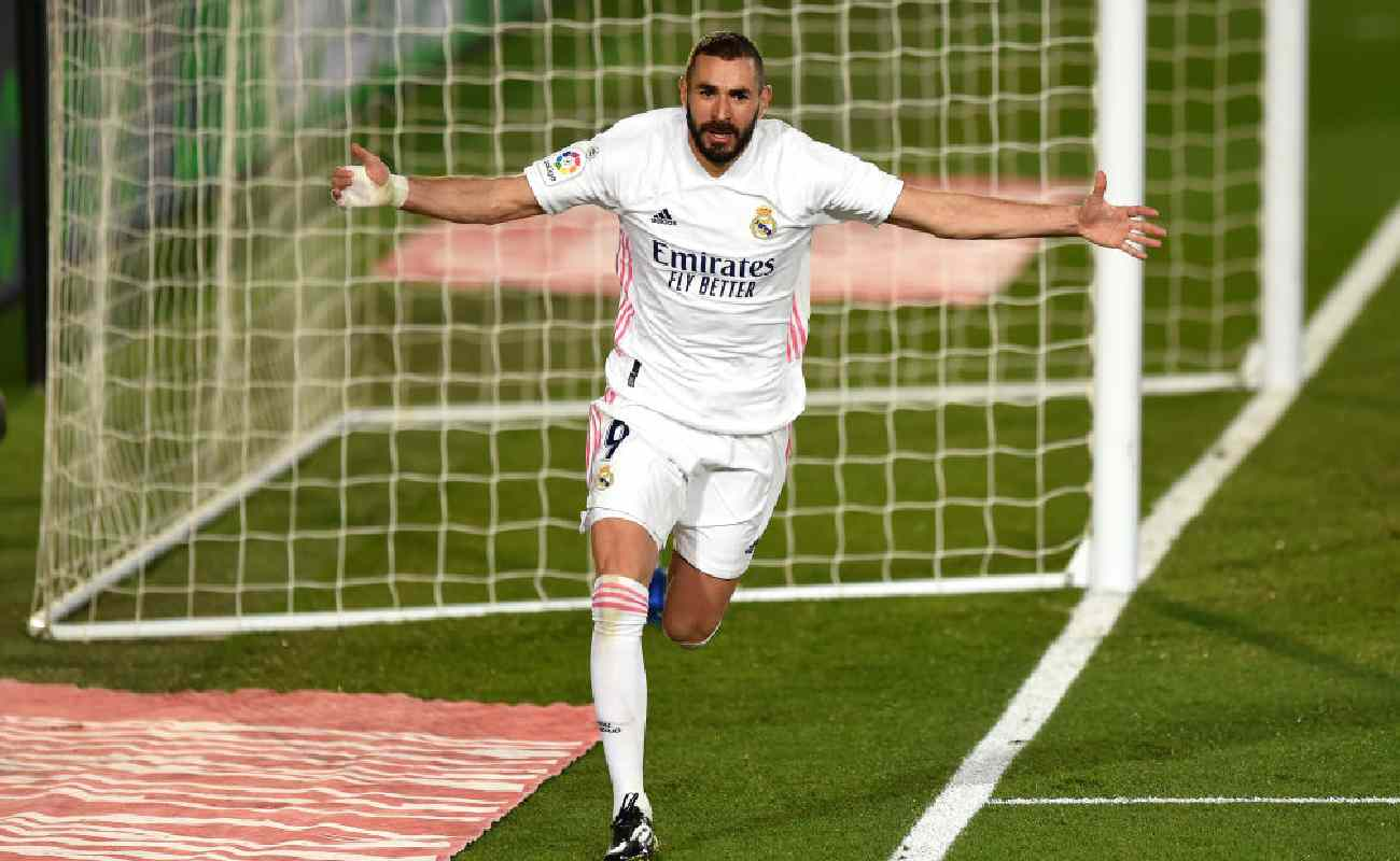 Alt: Karim Benzema of Real Madrid celebrates after scoring a goal - Photo by Denis Doyle/Getty Images