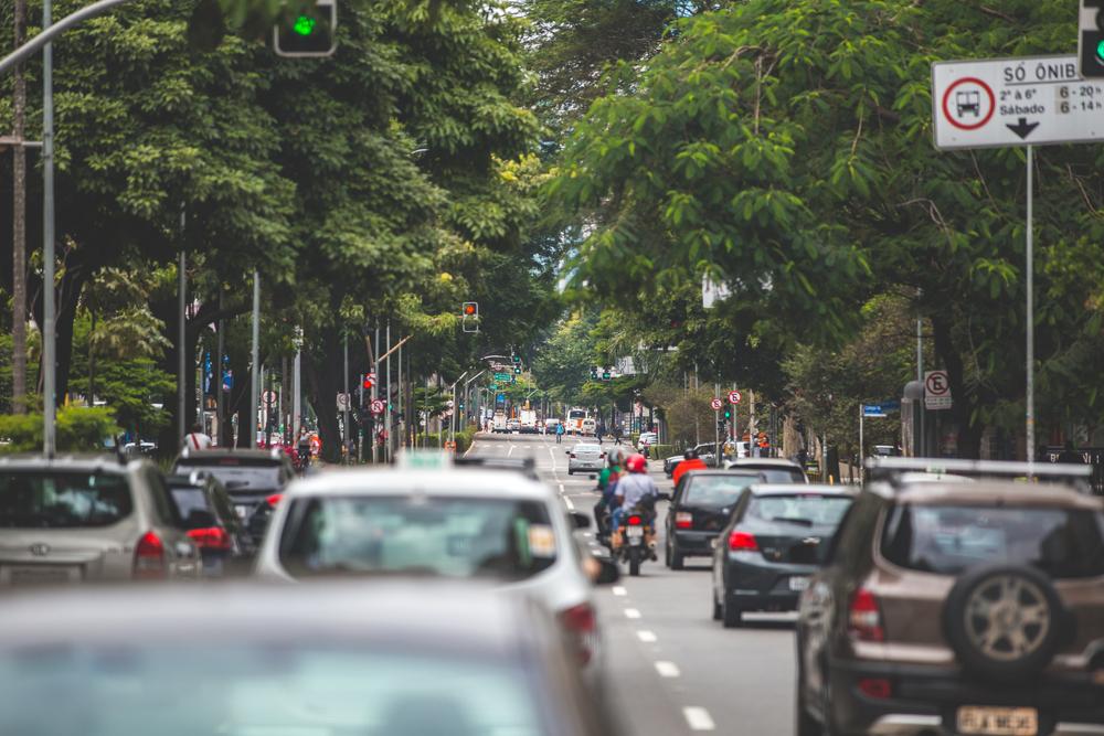 Avenida Brigadeiro Faria Lima é uma das que mais ganhariam fluidez com a implantação de corredores exclusivos para ônibus. (Fonte: Shutterstock)