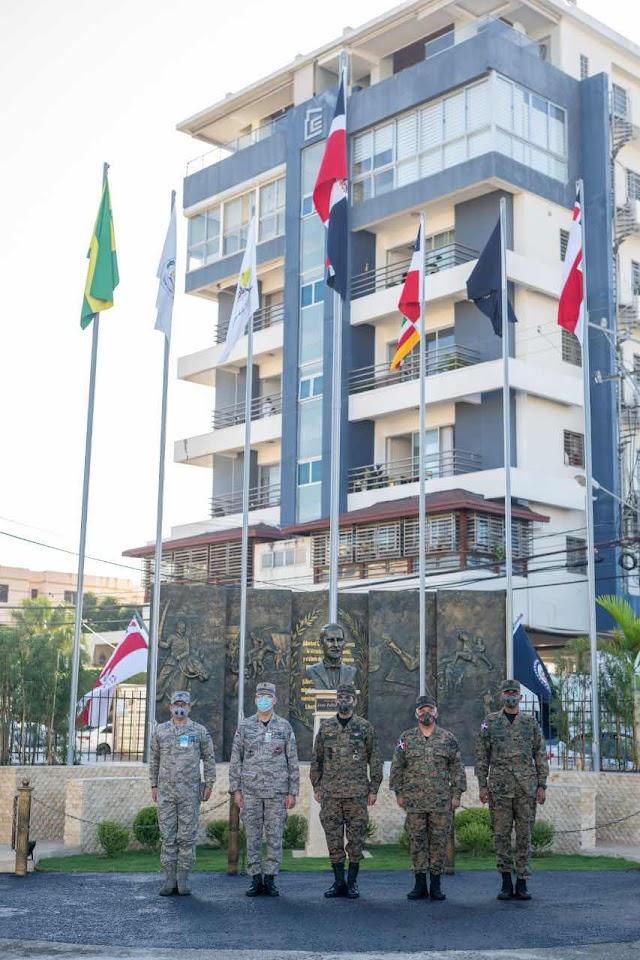 Ministro de Defensa inaugura Plaza a la Patria en el ISSFFAA y COOPINFA